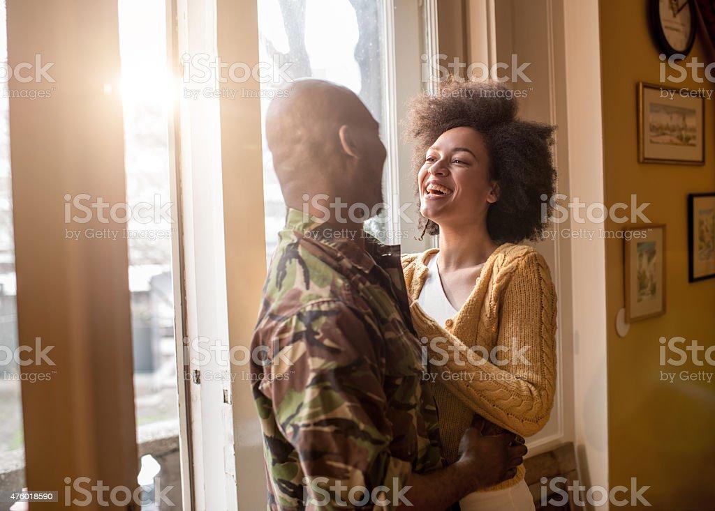 Alegre afroamericana mujer hablando con su marido militar. - foto de stock