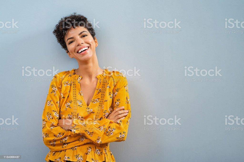愉快的非洲婦女微笑 - 免版稅20多歲圖庫照片
