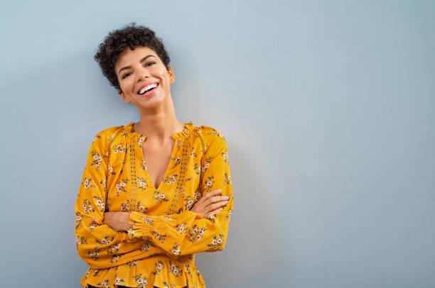 愉快的非洲婦女微笑 - 幸福 個照片及圖片檔
