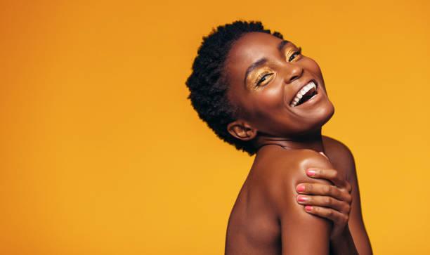 femme africaine joyeuse avec le maquillage - belle femme africaine photos et images de collection