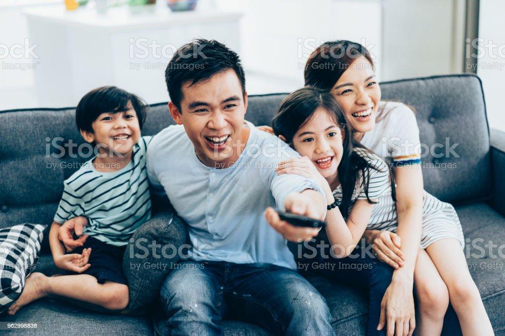 Fröhliche asiatischen Familie vor dem Fernseher zusammen – Foto