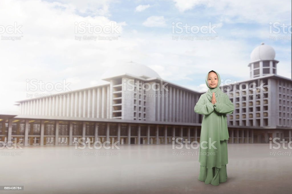 Cheerful asian muslim girl in traditional dress praying foto de stock royalty-free