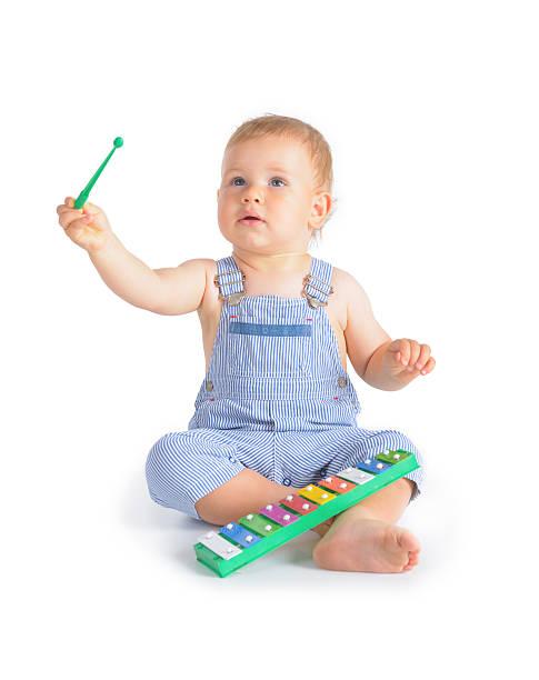 fröhlich baby boy und xylophon - lautbildungsspiele stock-fotos und bilder