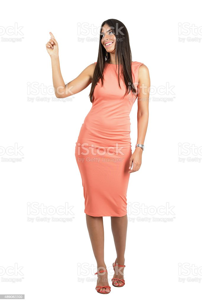 31dca09e89d Joyeuse belle femme en robe de soirée avec doigt pointant du doigt photo  libre de droits