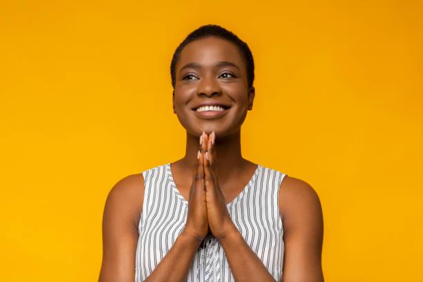 cheerful black girl looking aside with hope - uwiedzenie zdjęcia i obrazy z banku zdjęć