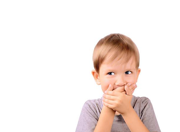 Fröhlich junge 5 Jahren schließen Sie die Hände Mund – Foto