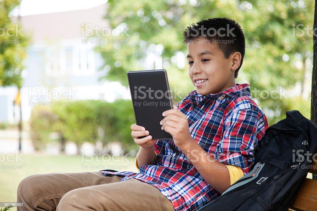 Fröhlich junge liest ein tablet – Foto