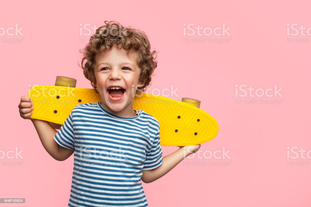 Cheerful boy with yellow longboard - foto stock