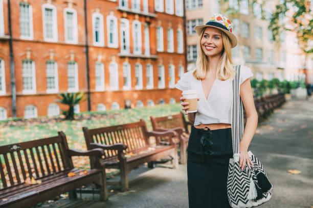 mulher britânica alegre bebendo café e ir ao trabalho - girl power provérbio em inglês - fotografias e filmes do acervo