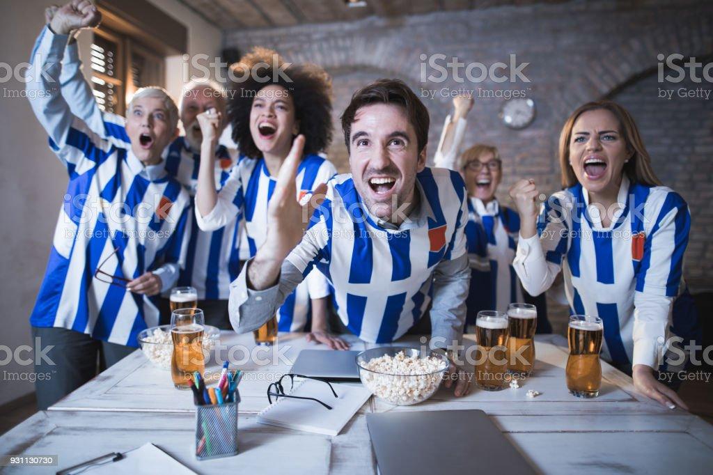 Neşeli iş arkadaşları onların futbol takımının başarısı ofiste kutluyor. - Royalty-free Adamlar Stok görsel