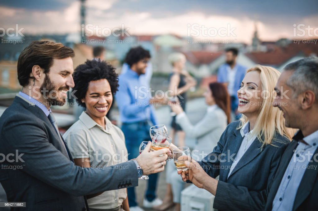 Collègues de travail joyeux griller avec de l'alcool à la fête en plein air. - Photo de Activités sociales après le travail libre de droits