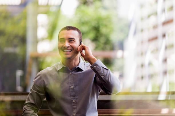 Fröhlicher Geschäftsmann antwortet auf Smartphone – Foto