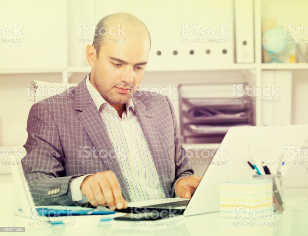 Cheerful businessman in suit working at the computer - Royalty-free 30-39 Years Stock Photo