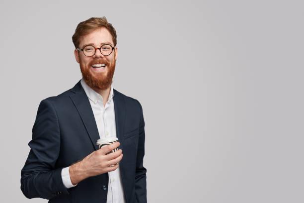 homme d'affaires gai avec la cuvette de boisson chaude - portrait homme photos et images de collection