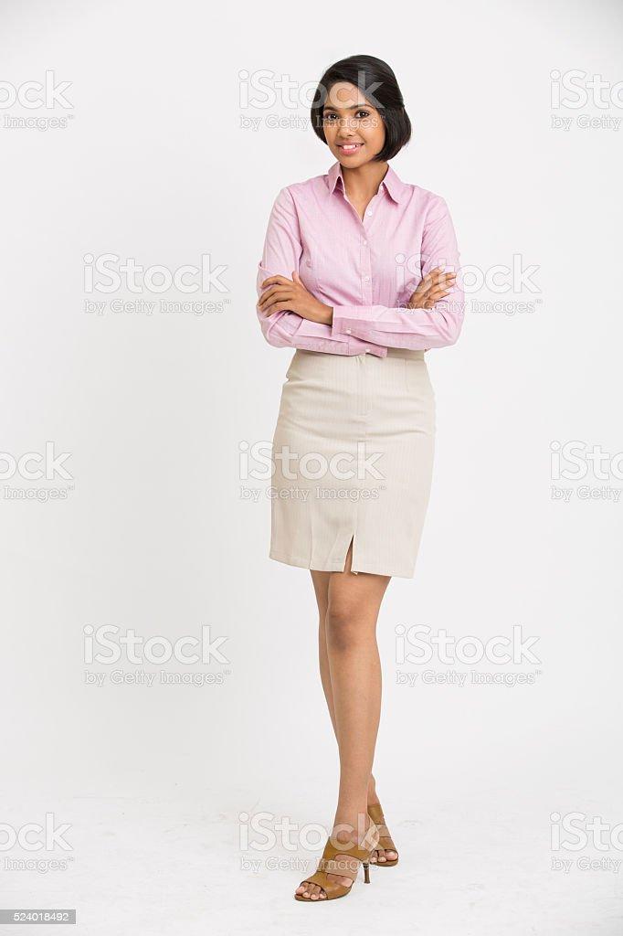 Alegre Mulher de negócios com os braços cruzados em pé - foto de acervo