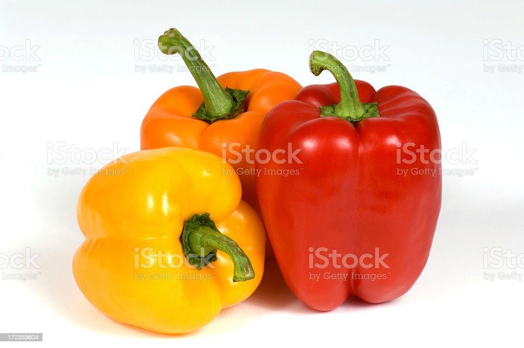 Alegre Capsicums tres coloridos pimientos, amarillo, naranja y roja foto de stock libre de derechos