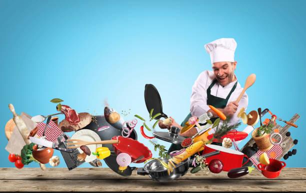 Fröhlicher Küchenchef trommelt über Töpfe – Foto