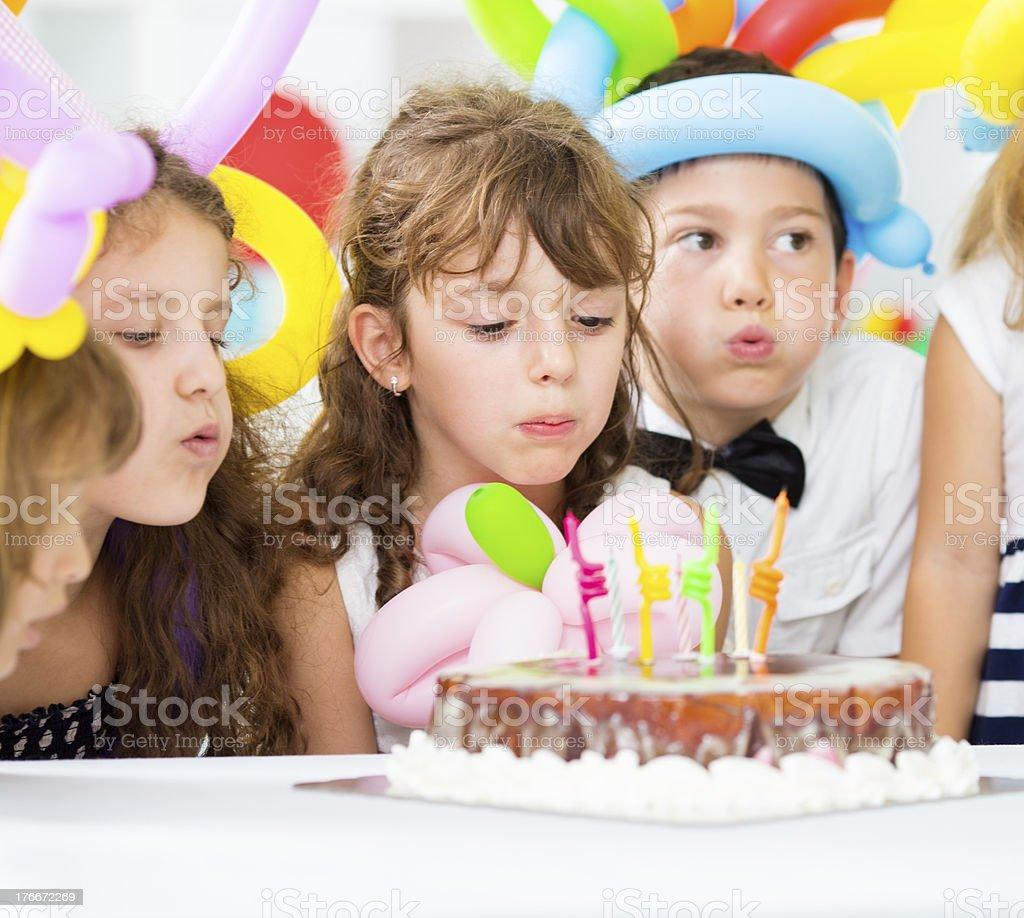 Alegre Soplando velas de Cumpleaños para Niños. foto de stock libre de derechos