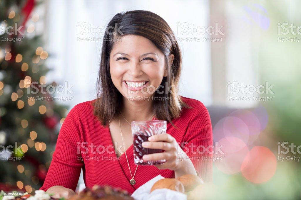 Neşeli Noel akşam yemeği konuk Şarap içer stok fotoğrafı
