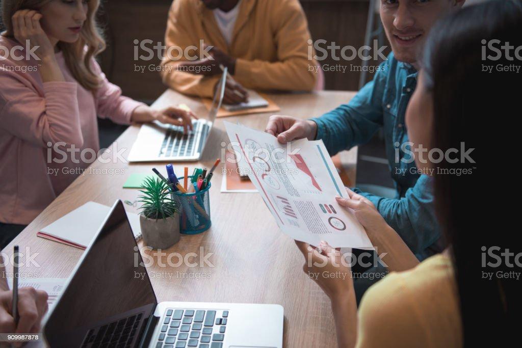 Joyeux collègues discuter document à table - Photo