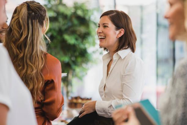 Fröhliche Kollegen lachen bei Firmenveranstaltung – Foto