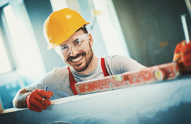 cheerful construction worker. - gips bouwmateriaal stockfoto's en -beelden