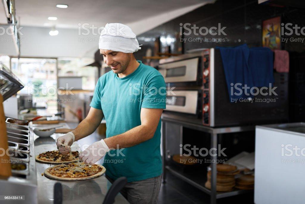 ingrédients de cuisine cuisinier joyeux dans les pizzerias. Vue de côté. - Photo de Adulte libre de droits