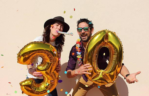 radosny para obchodzi urodziny na trzydzieści lat  - 30 te urodziny zdjęcia i obrazy z banku zdjęć