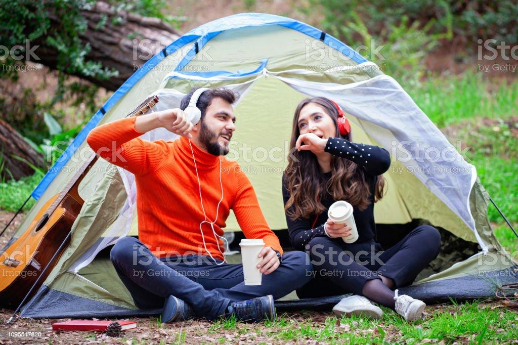 Doğada kamp üzerinde eğleniyor çift. stok fotoğrafı