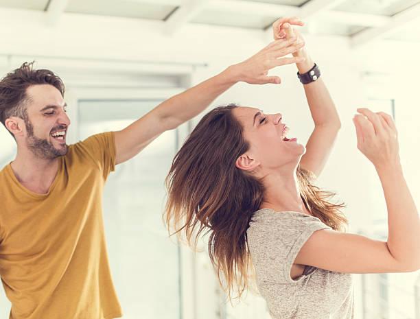 fröhlich ehepaar spaß haben und tanzen zusammen. - herumwirbeln frau stock-fotos und bilder