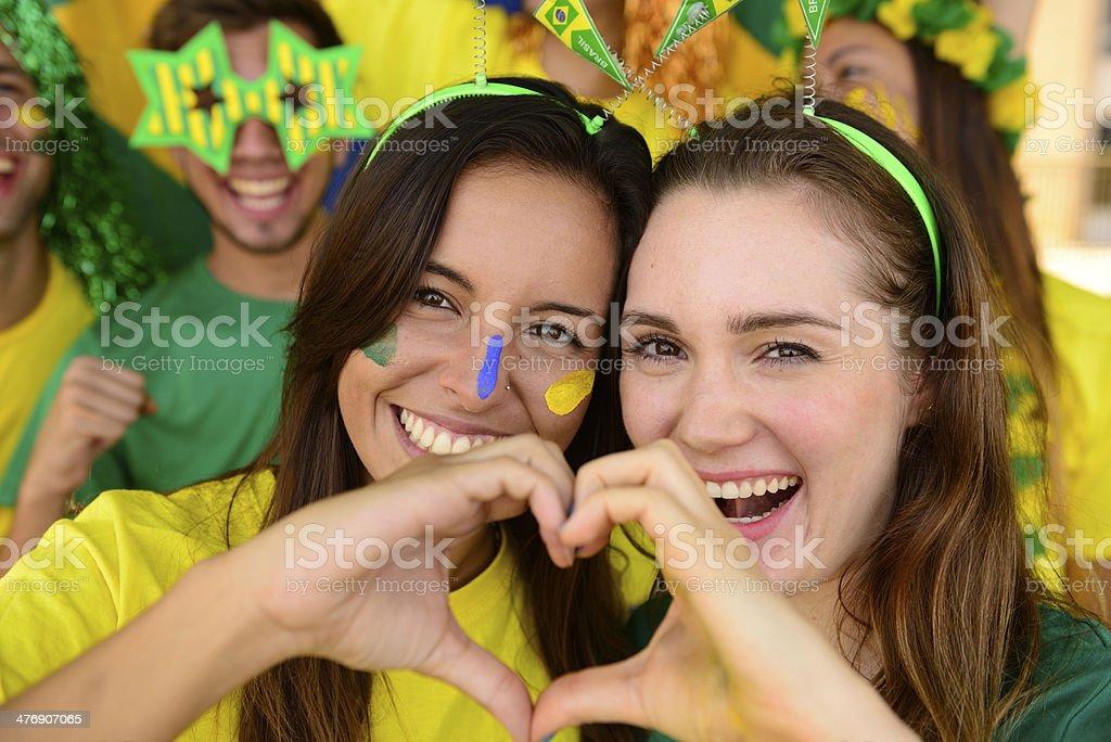 Alegre pareja de Australia o brasileño o Camerunés novias de futbolistas, los fanáticos del fútbol. - foto de stock
