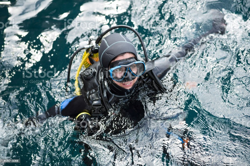 Alegre mergulhador na água - foto de acervo