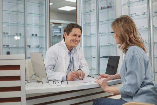 Doctor alegre hablar con el cliente - foto de stock