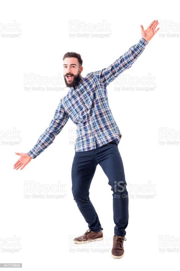 Fröhlich aufgeregt bärtigen Geschäftsmann mit offenen Armen begrüßen umarmt Geste. – Foto