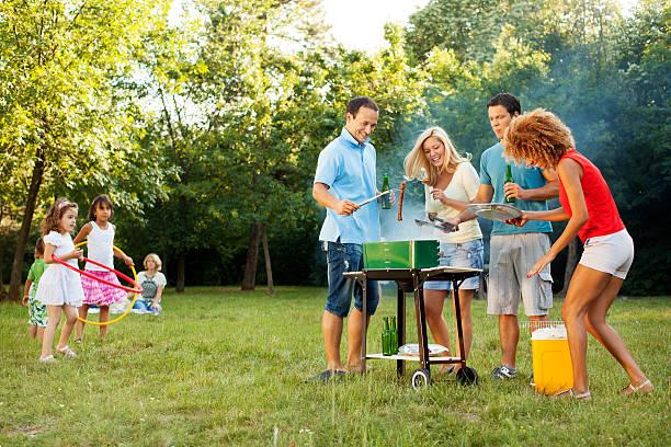 fröhlich familien-barbecue im freien. - kinder picknick spiele stock-fotos und bilder