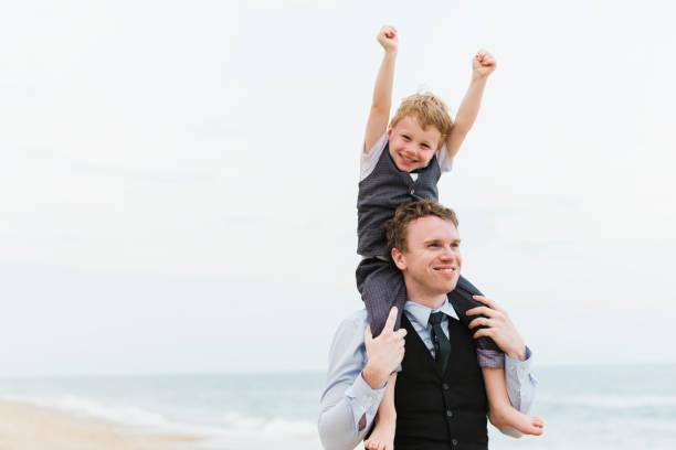 fröhliche familie am strand-hochzeits-zeremonie - hochzeitsspiele eltern stock-fotos und bilder