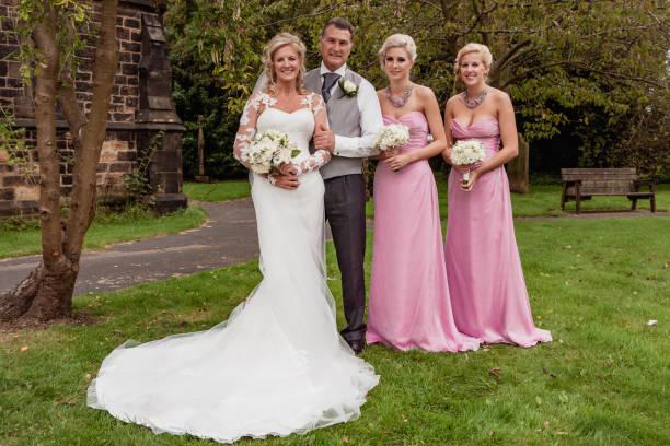 fröhliche familie bei hochzeit - hochzeitskleid über 50 stock-fotos und bilder