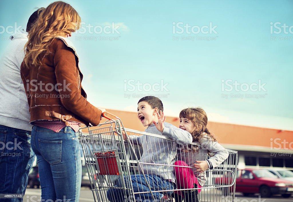 Allegra famiglia andare al supermercato. - foto stock
