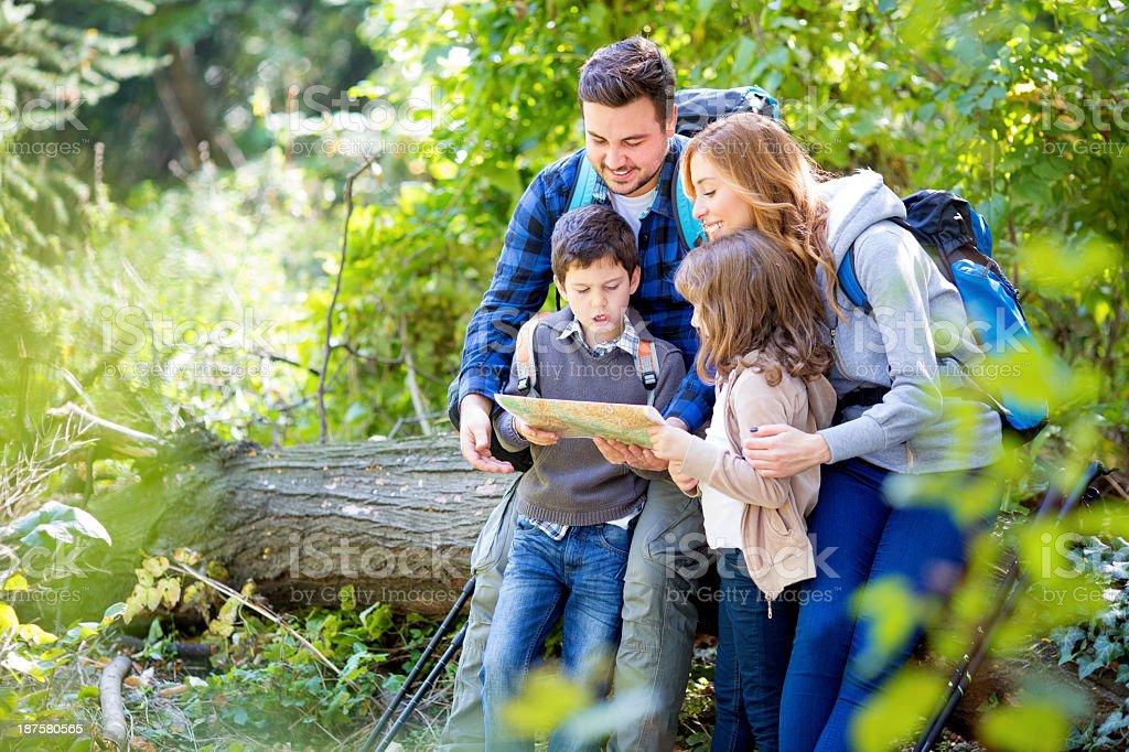 Fröhliche Familie Wandern im Wald. – Foto