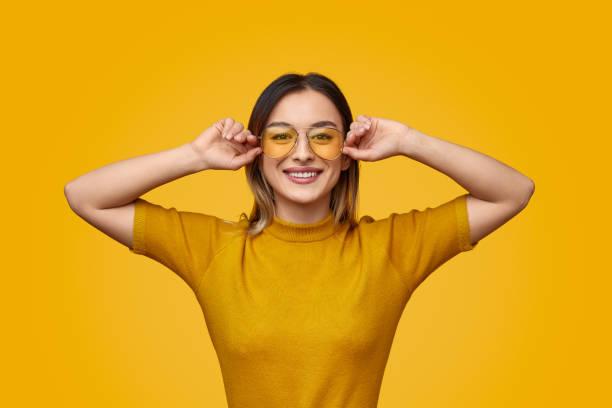 femelle gai dans la tenue jaune - monochrome image teintée photos et images de collection