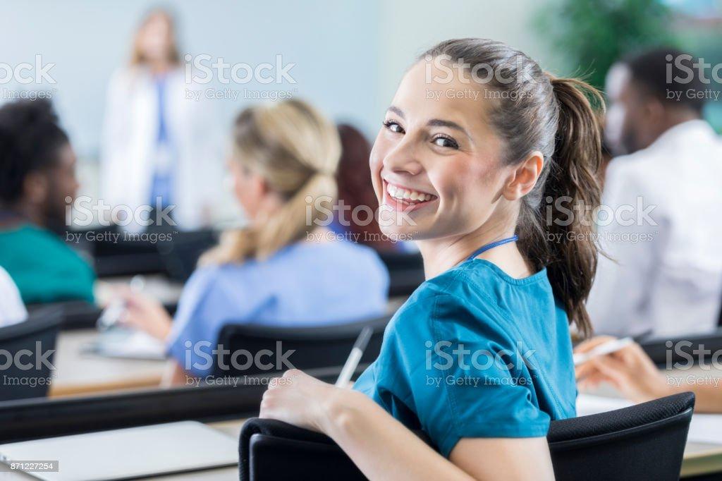 Bonne humeur étudiante médicale en classe - Photo