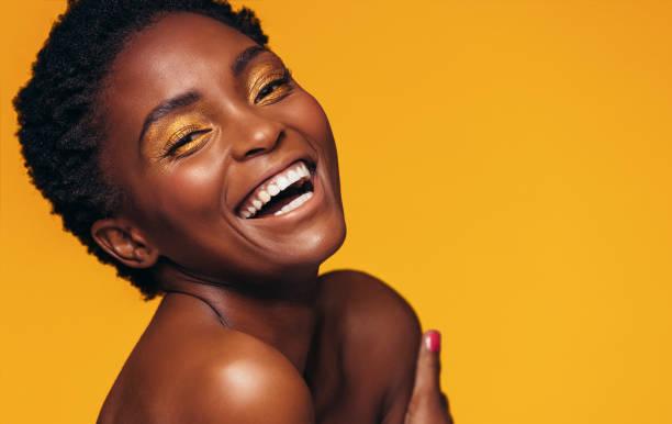 modèle féminin gaie avec maquillage vive - belle femme africaine photos et images de collection