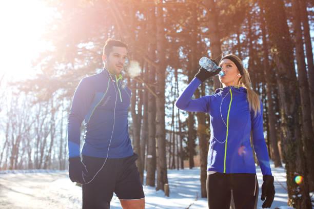 fröhliche skifahrerin - skirennen stock-fotos und bilder