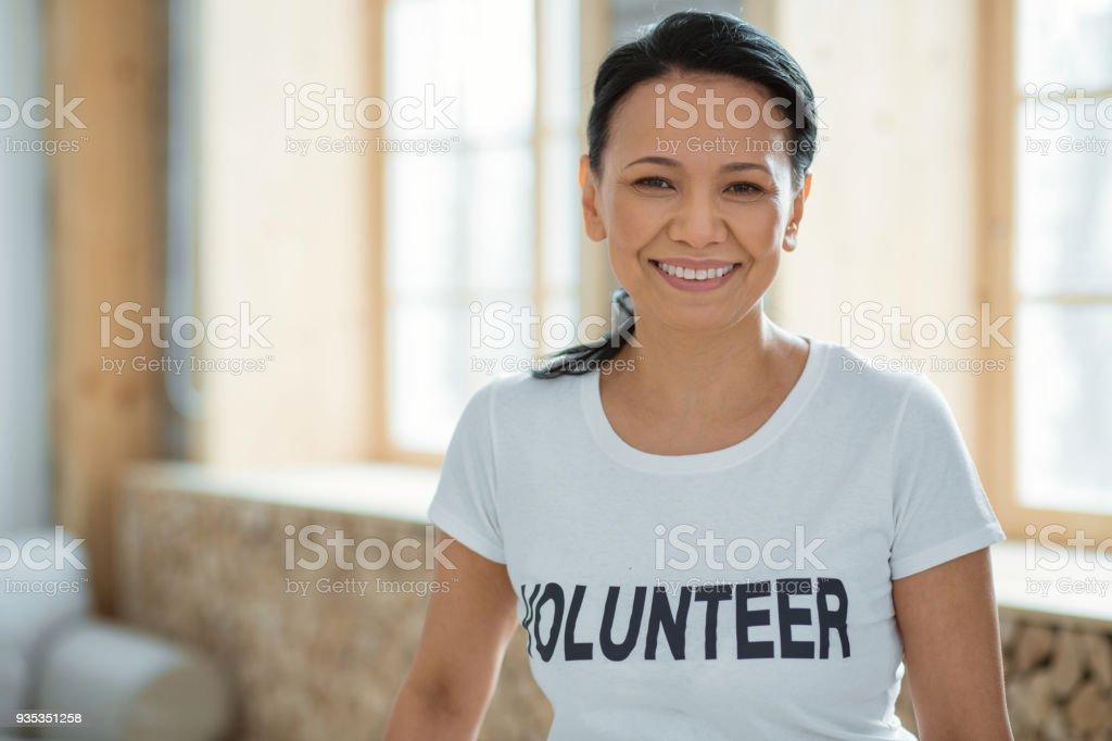 Fröhlich weibliche freiwillige Leistung gemeinnütziger Arbeit – Foto