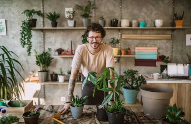 homme de fleuriste gai - fleuriste photos et images de collection