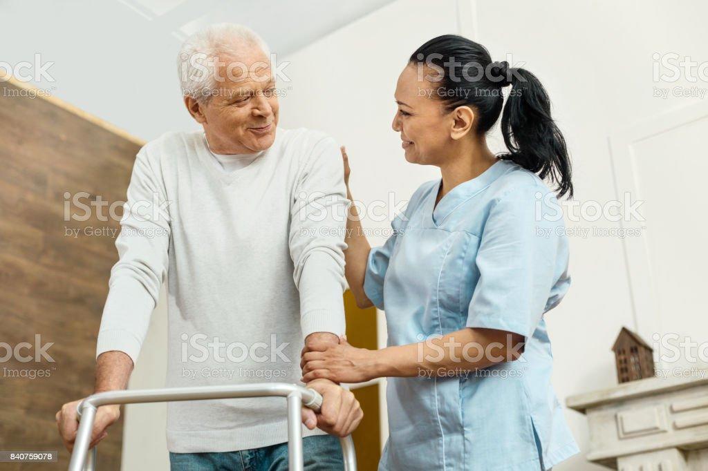 性格開朗友好護士説明老人圖像檔