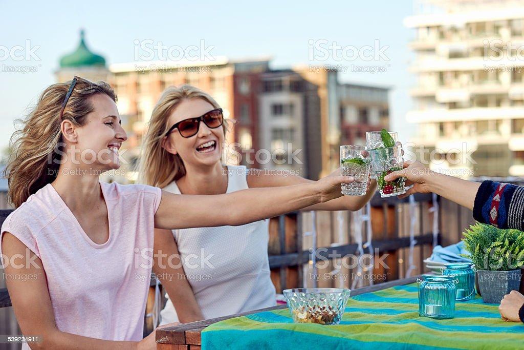 Alegres amigos bebendo cocktails foto royalty-free