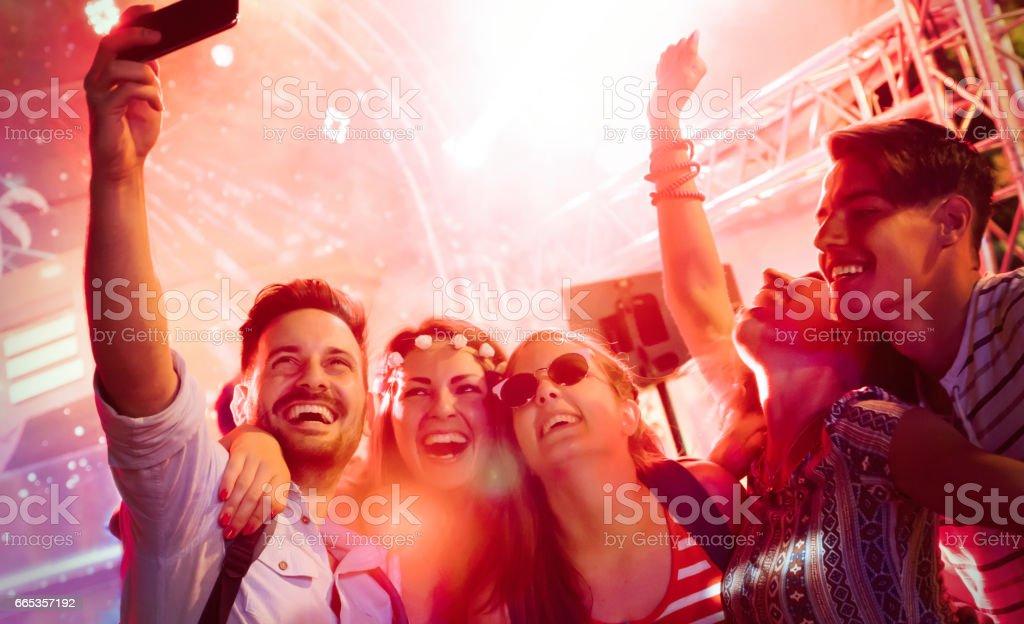 Amigos alegres festas no clube à noite - foto de acervo