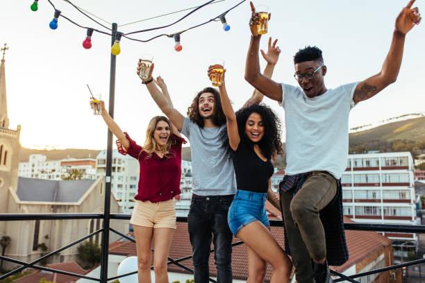 fröhlichen freunden spaß mal zusammen zu verbringen - paletten terrasse stock-fotos und bilder