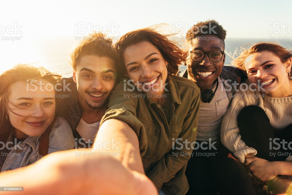 Joyeux amis prenant selfie un jour férié - Photo